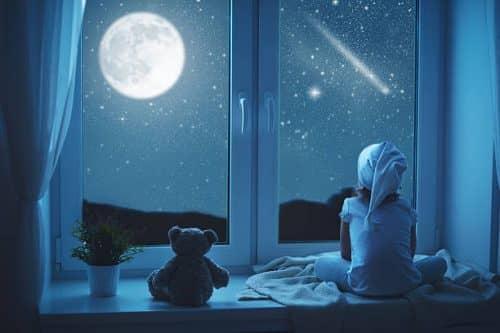смотреть на луну через окно
